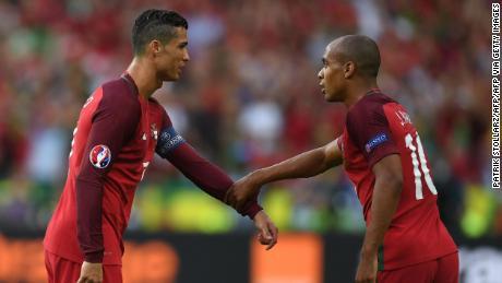Ronaldo (a sinistra) parla con Mario (a destra) durante l'Euro 2016 contro la Francia in finale.
