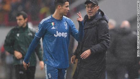 Juventus' portoghese Cristiano Ronaldo e la Juventus' allenatore italiano Maurizio Sarri, durante la partita di Champions League contro il Lokomotiv Mosca.
