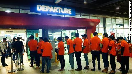 Le 5 novembre, le Bureau de l'immigration des Philippines a commencé à expulser 294 ressortissants chinois arrêtés au cours d'une série de descentes dans des casinos en ligne pour avoir prétendument travaillé illégalement dans le pays.