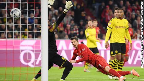 Robert Lewandowski teste Bayern Monaco contro il Borussia Dortmund, come ha mantenuto il suo record di segnare in ogni partita di Bundesliga dall'inizio della stagione.