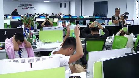 En octobre 2019, la police a perquisitionné les bureaux d'un opérateur de jeux en ligne impliqué dans une fraude en télécommunications à Parañaque, dans la banlieue de Manille. Il a arrêté 442 travailleurs chinois, pour la plupart sans papiers, selon le Bureau de l'immigration.