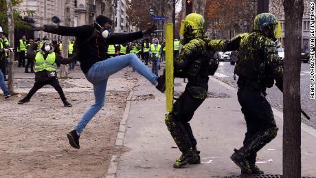 Un manifestante in scontri con la polizia antisommossa a Parigi, il 1 ° dicembre 2018.