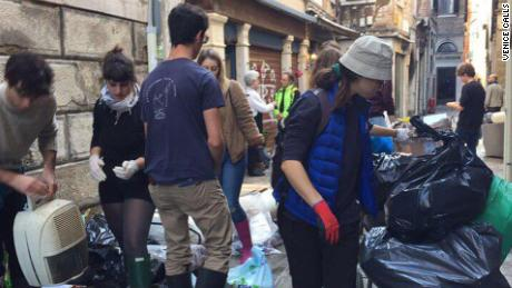 I rifiuti possono produrre problemi devastanti per la città d'ecosistema.