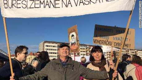 Miloslava e Pavel Šimáček marzo a Praga il sabato-30 anni dopo hanno preso parte alla Rivoluzione di Velluto proteste.