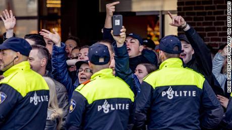 Pro 'Zwarte Piet' i manifestanti a Den Bosch domenica.