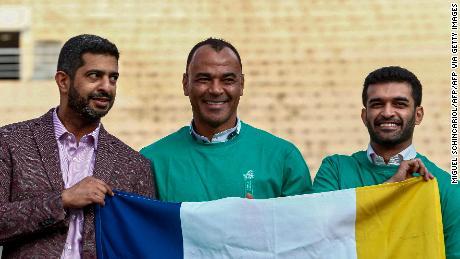 Al-Khater è affiancato dal Brasiliano, due volte campione del Mondo di Cafu (al centro) e il Segretario Generale del Comitato Supremo per la Consegna & Eredità Hassan Al-Thawadi (a destra).