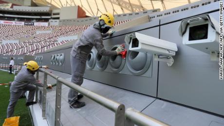 Addetti pulizia del sistema di raffreddamento al Khalifa International Stadium di Doha dopo che è stato rinnovato in anticipo di Qatar 2022 della Coppa del Mondo FIFA.