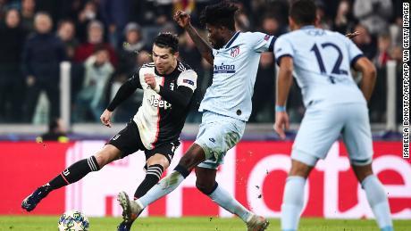 Juventus' portoghese Cristiano Ronaldo (L) sfida l'Atletico Madrid's cedi del centrocampista Thomas durante la partita a Torino.
