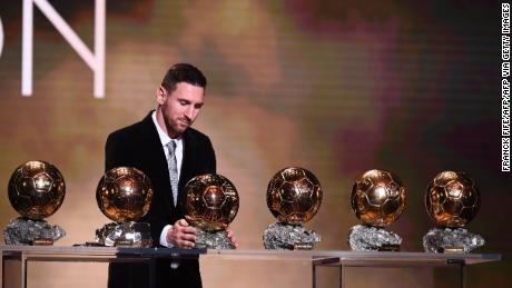 Barcellona's Lionel Messi reagisce dopo aver vinto il suo sxith Pallone d'O premio.