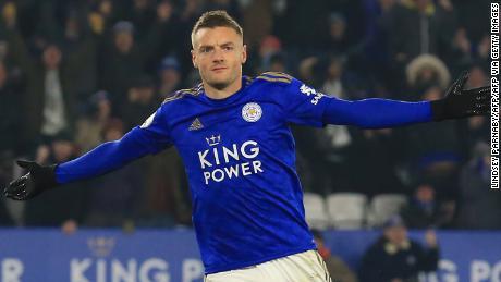 Jamie Vardy festeggia dopo aver segnato il primo gol dal dischetto durante il Leicester City ha vinto il suo settimo in Premier League, gioco in una riga con una vittoria per 2-0 contro la fatica.