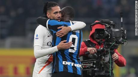 Chris Smalling di Roma abbraccia Romelu Lukaku di FC Internazionale. Smalling e Lukaku ha giocato per il Manchester United la scorsa stagione.