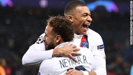 Neymar (L)festeggia con Kylian Mbappe durante il PSG's vittoria contro il Galatasaray.