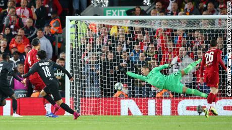 Minamino punteggi suo lato's secondo gol contro il Liverpool in Champions League.