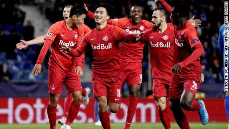 Minamino festeggia dopo il gol contro il KRC Genk.