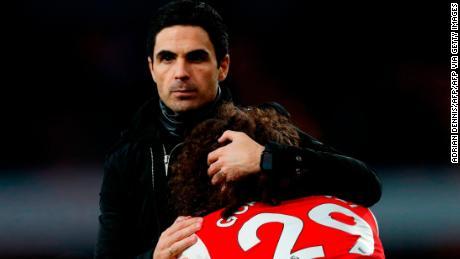 L'Arsenal Mikel Arteta abbracci Matteo Guendouzi dopo che l'Arsenal ha perso per 2-1 contro il Chelsea.