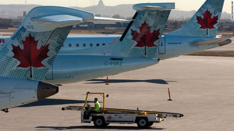 エア・カナダの飛行機がモントリオール・トルドー国際空港の滑走路に座っています。