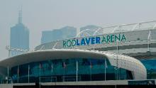 Une brume de fumée provenant des feux de brousse plane sur la Rod Laver Arena de Melbourne Park.