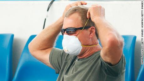 Un fan porte un masque respiratoire lors des matchs de qualification à l'Open d'Australie.