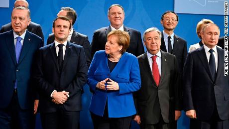 ผู้นำระดับโลกรวมตัวกันที่กรุงเบอร์ลินเมื่อวันที่ 19 มกราคม 2020 เพื่อผลักดันสันติภาพในลิเบียในการเสนอราคาที่สิ้นหวังเพื่อหยุดยั้งประเทศที่ขัดแย้งกันจากการเปลี่ยนเป็นซีเรีย & quot; ที่สอง & quot;