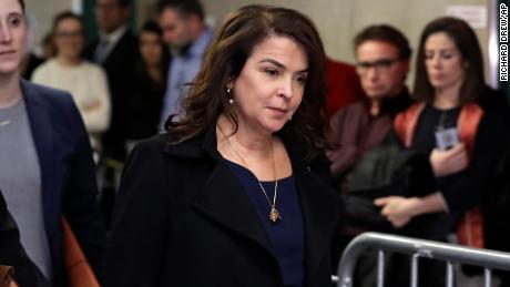 La actriz Annabella Sciorra regresa después de un descanso para almorzar en el juicio por violación de Harvey Weinstein el 23 de enero en Nueva York.