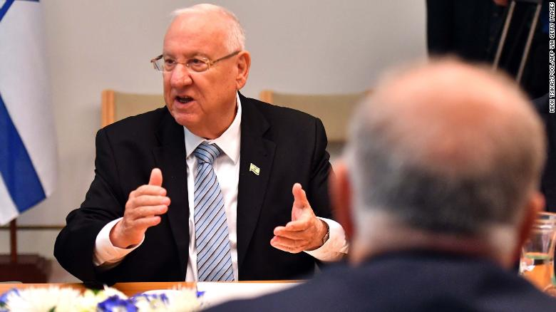 イスラエル大統領ルーベンリヴリン(L)。