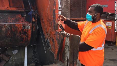 & # 39; Это просто кошмар. & # 39; Сборщики мусора перегружены растущим количеством бытовых отходов