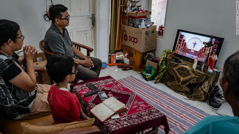 家族は、2020年4月10日、インドネシアのジョグジャカルタで行われるインターネットのライブストリーミングを通じて、聖金曜日の礼拝中に自宅から祈りに参加します。