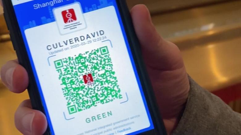 CNN International特派員のDavid Culverが上海で健康QRコードを公開しました。 緑のコードは、健康で安全な旅行を意味します。