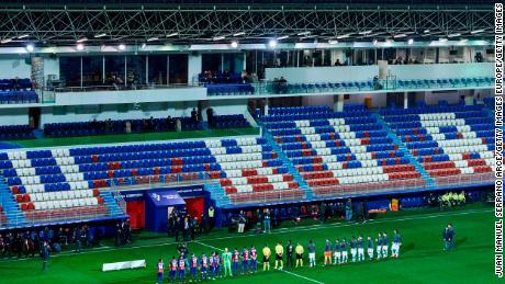 Eibar TRISTE e Real Sociedad giocatori in fila in uno stadio vuoto, 10 Marzo, dopo che i fan sono stati esclusi dalla assistere alla partita a causa del coronavirus pandemia.