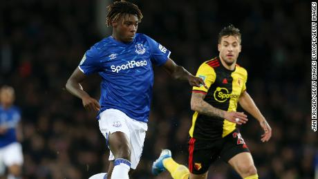 Kean corre con la palla durante il Carabao partita di Coppa contro il Watford.