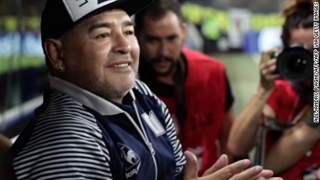 Argentino ex stella del calcio, Diego armando Maradona gesti prima di un incontro nel mese di Marzo a Buenos Aires.