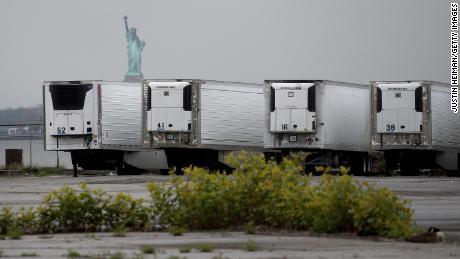 Refrigeradores que sirven como funerarias temporales de Nueva York, que han tenido un brote devastador.