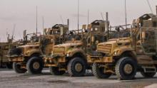 Soldaten der G-Kompanie, 2. Bataillon, 14. Infanterieregiment, 10. Bergdivision warten auf dem Wartungsverteilungshof auf dem Flugplatz Kandahar in Afghanistan minenresistente Fahrzeuge mit Hinterhaltschutz (MRAP)