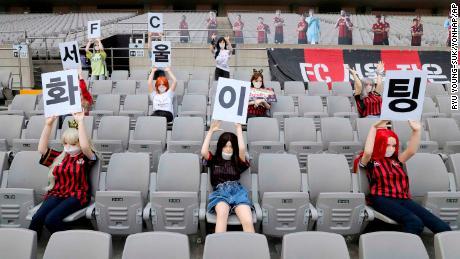 Le bambole sono in tribuna la domenica's gioco contro Gwangju.