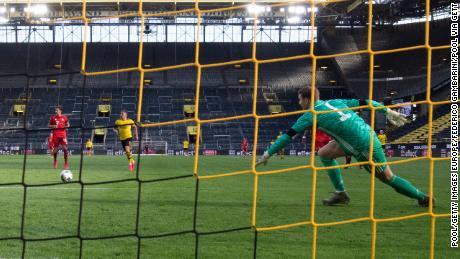 Neuer in azione durante la partita di Bundesliga tra Bayern e Borussia Dortmund al Signal Iduna Park il 26 Maggio 2020.