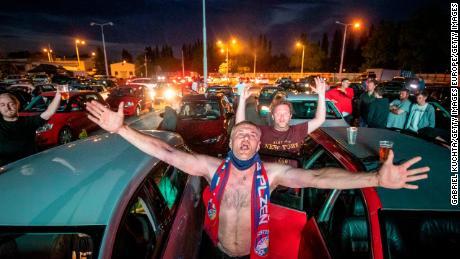 Tifosi di tifare come si guarda la ceca prima divisione partita di calcio tra FC Viktoria Plzen e AC Sparta Praha in un drive-in cinema a Plzen, Repubblica ceca.