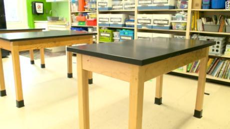 По словам Лэтана, в классных комнатах будут расставлены таблицы, и в каждом будет только одна пара или одна пара.
