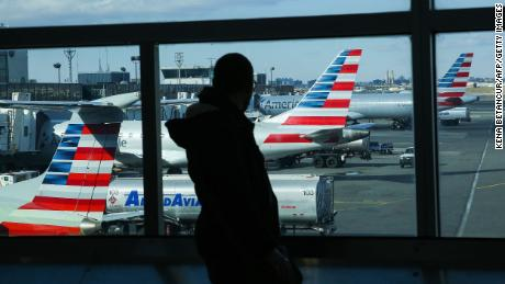 Пассажира сняли с рейса за отказ носить маску