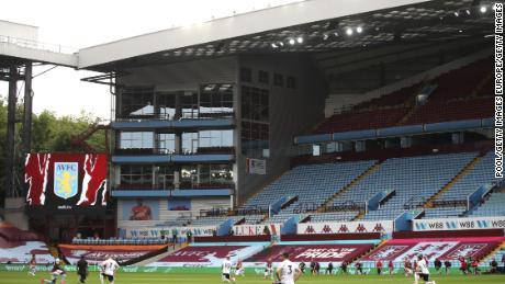 I giocatori dell'Aston Villa e Sheffield United prendere un ginocchio a sostegno del Nero Vite contano movimento prima del loro Premier League.