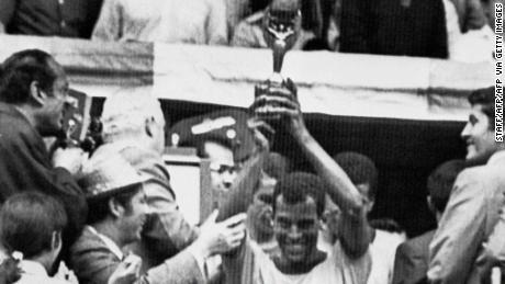 Il capitano Carlos Alberto tiene in alto il Jules Rimet Cup, dopo che il Brasile ha sconfitto l'Italia per 4-1 nel 1970 finale di Coppa del Mondo.