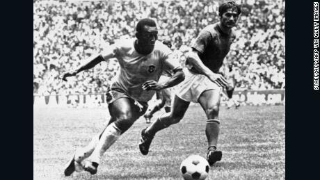 Pelé dribbla difensore italiano Tarcisio Burgnich, che in seguito ha lodato circa il Brasile stelle.