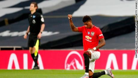 Il Manchester United l'attaccante Marcus Rashford prende un ginocchio.