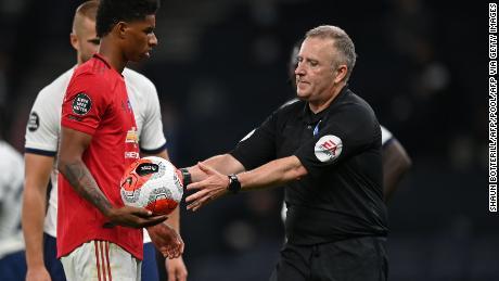 L'arbitro Jonathan Moss prende la palla da Marcus Rashford dopo un'errata attribuzione di una penale.