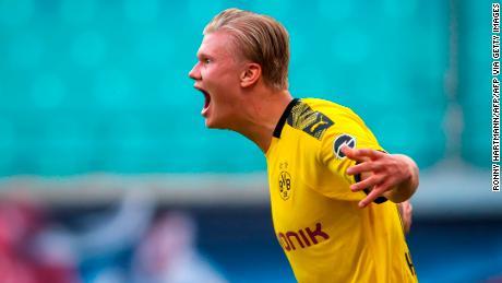 Dortmund's norvegese avanti Erling Braut Haaland mostra la sua gioia dopo aver acquistato il secondo e decisivo gol del Borussia Dortmund al RB Leipzig.