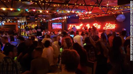 Дюжина техасских баров временно теряет разрешения на алкоголь из-за якобы нарушающих протоколы коронавируса