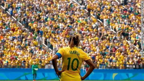 Brasile's player Marta si trova di fronte il Brasiliano folla.