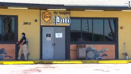 Лицензия на спиртные напитки в Орландо приостановлена после того, как десятки патронов и рабочих дали положительный результат на коронавирус