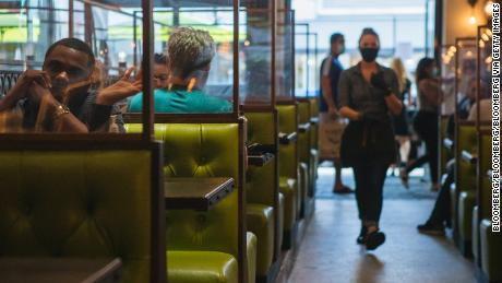 Indoor and outdoor dining: which restaurant tables are safer?
