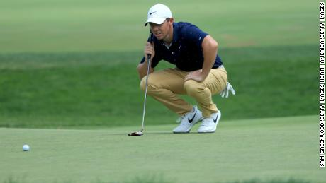 McIlroy putted a putt on the seventh green during the second round of The Memorial Tournament.