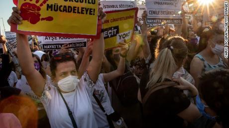สตรีชาวตุรกีชุมนุมต่อต้านความรุนแรงในครอบครัวเนื่องจากฝ่ายปกครองพิจารณาออกจากสนธิสัญญาสิทธิสำคัญ